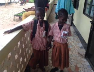 Het linkse meisje is Mandiki op de blindenschool