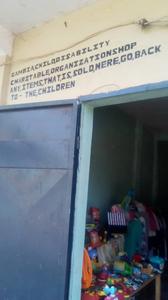 Het opschrift boven de winkel in Gambiaans Engels