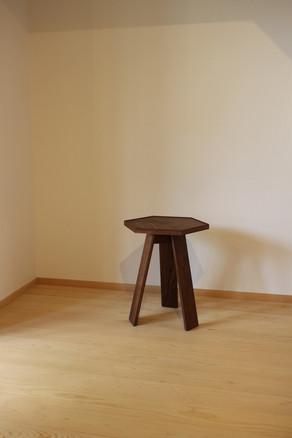 ウォールナットの6角形サイドテーブル