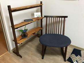 格子組の椅子 と 一位の飾り棚