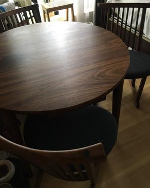 ウォールナットの丸テーブル 引き出し付き