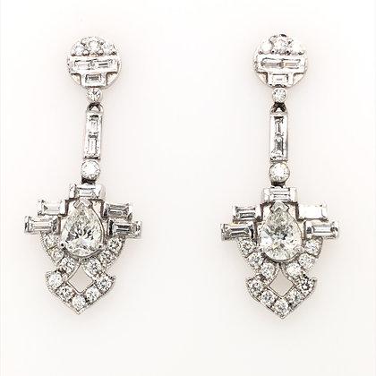 Diamond earring with pear shape center stone