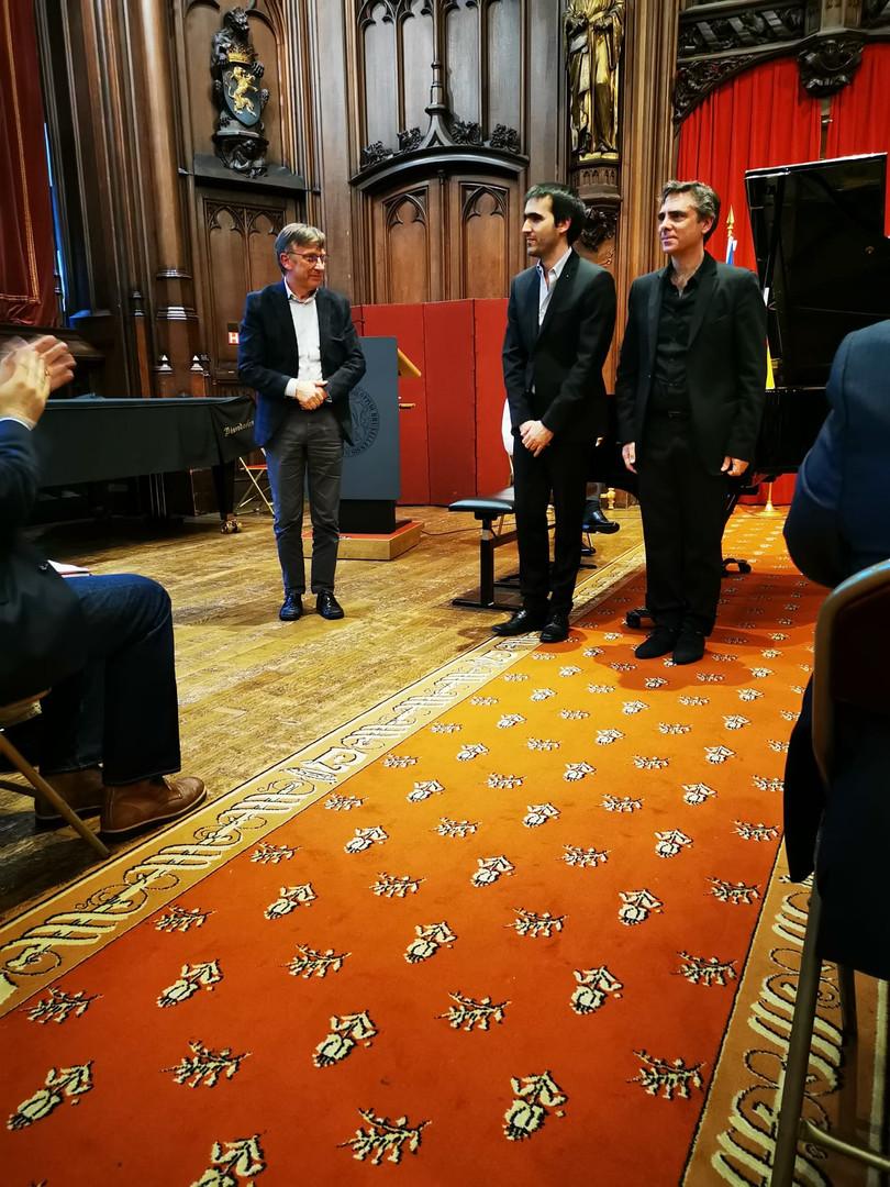Le compositeur belge Jean Pierre Deleuze et les deux pianistes