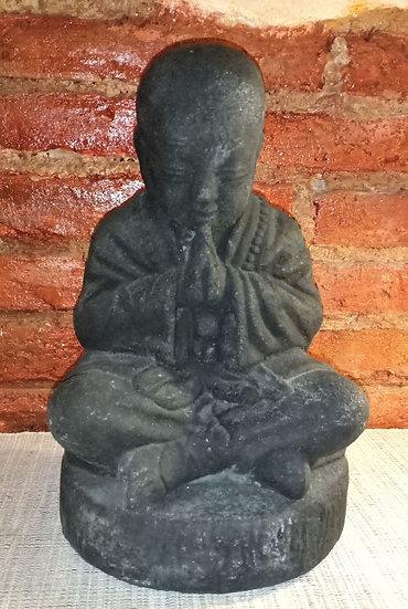 Monje Budista Rezando de PiedraVolcánica