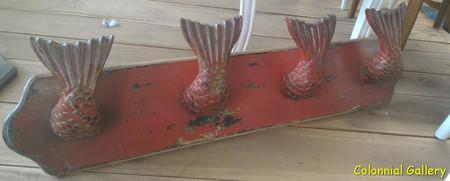 Mueble colonial pintado percha pared sirena rojo.jpg