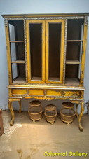 Mueble colonial vintage pintado vitrina amarilla decapado.jpg