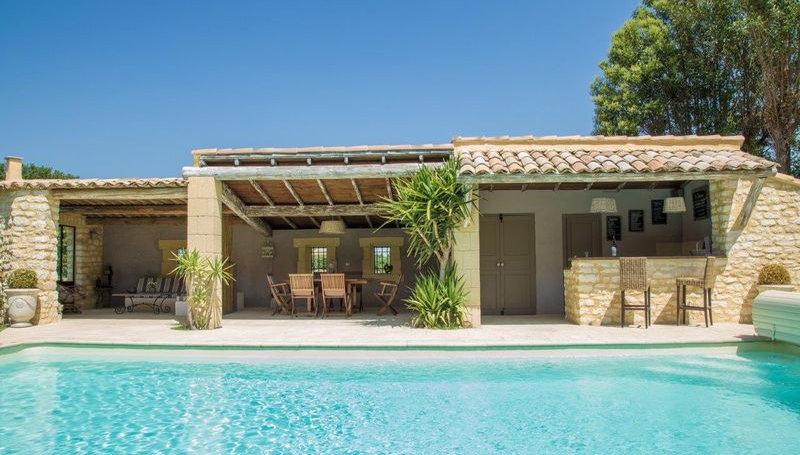 Terrasse piscine barbecue chaise longue apéro détente