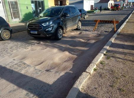 Buracos deixados após obra da Corsan oferecem risco a quem trafega pela Maurício