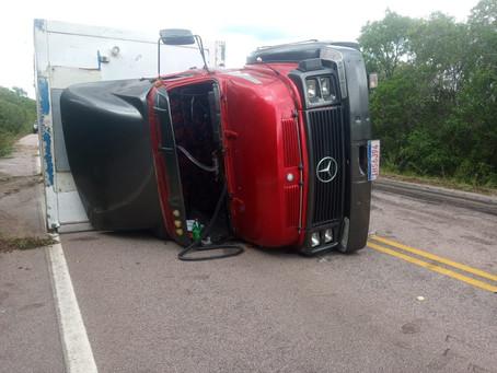 Empresa proprietária do caminhão que tombou na 702 contesta problemas mecânicos