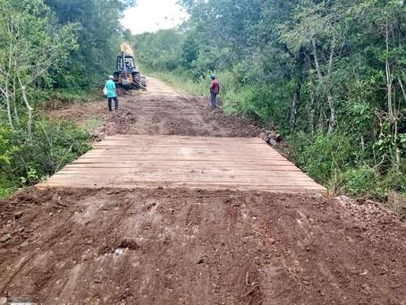 Enxurradas dificultam o trabalho, mas Prefeitura avança  com a reconstrução de pontes