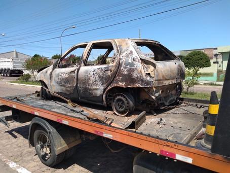 Carro incendiado em Piratini foi roubado em Pelotas