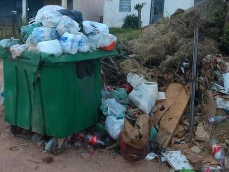 Atraso na coleta de lixo e falta de consciência de moradores causam transtorno no Santa Isabel