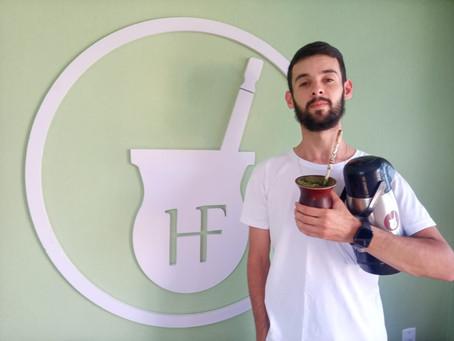 Jovem empresário piratiniense faz sucesso vendendo cuias no Brasil e exterior
