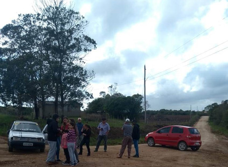 Assentados bloqueiam passagem de professores para pressionar prefeitura a arrumar estradas