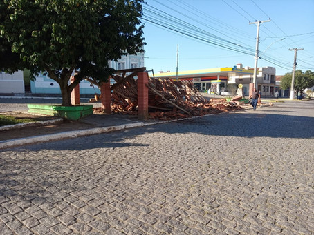 Novo acidente destrói por completo o abrigo dos táxis em Piratini