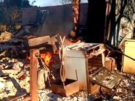 Incêndio destrói casa e deixa família desabrigada no Assentamento Santo Antônio