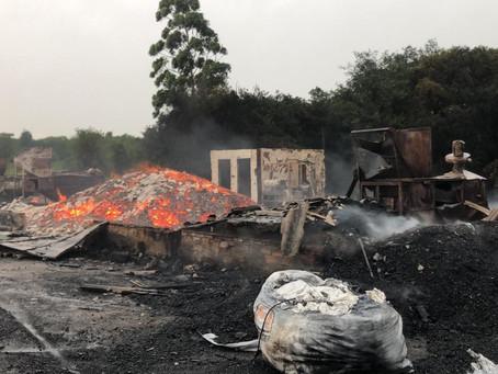 Incêndio destrói área de empacotamento e armazenamento da Carvão Nativo em Piratini