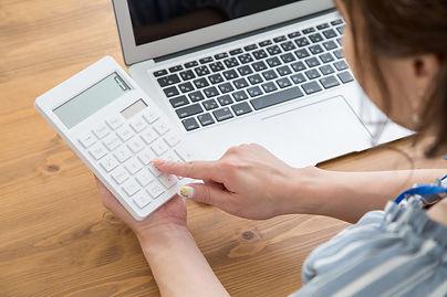 補助金を計算する女性