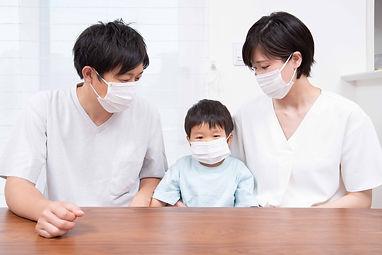 マスクをする三人家族