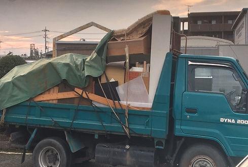 トラックに荷物
