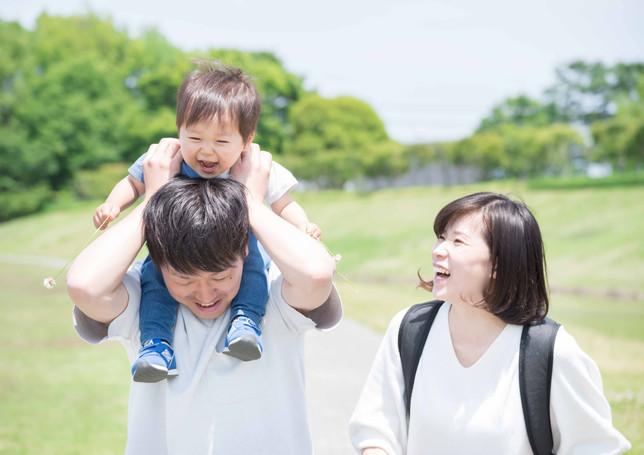 公園で笑顔の3人家族