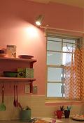 スポットライト 壁ピンク 漆喰