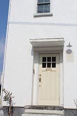 カーブ階段 玄関ドア 白 アンティーク照明