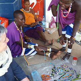 Massais verkaufen ihr Kunsthandwerk