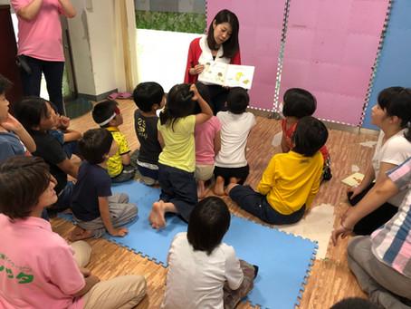 子どもたちへ絵本の読み聞かせ