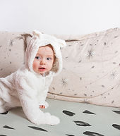 Bébé sur un lit