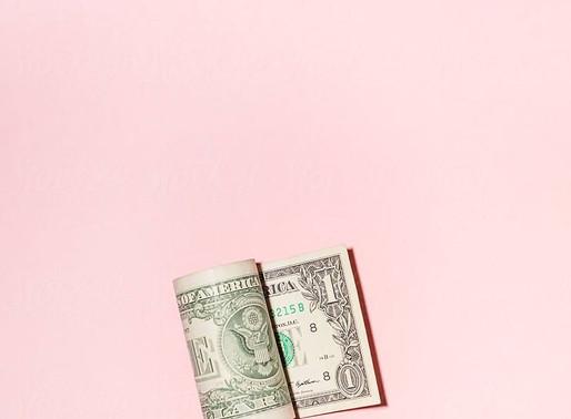 14  TEKENEN VAN IEMAND MET EEN LEGE PORTEMONNEE EN EEN RODE BANKREKENING