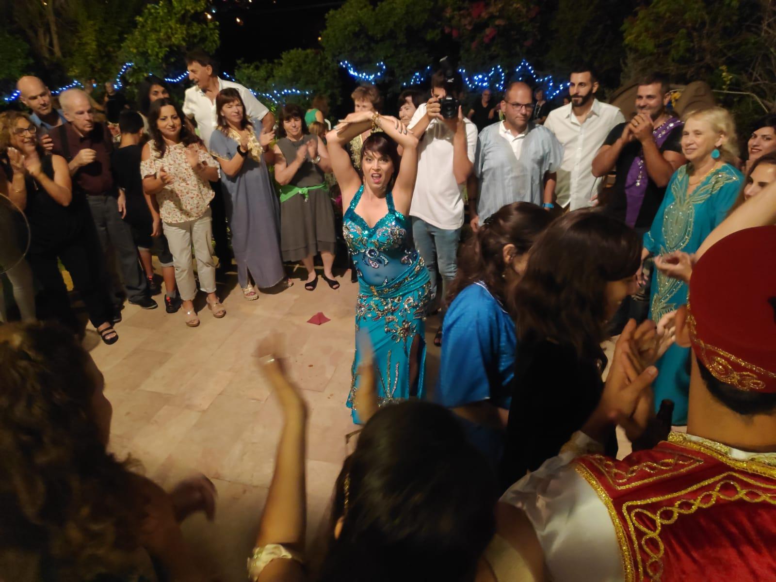 רוקדות במסיבת חינה עם מיה טולדנו