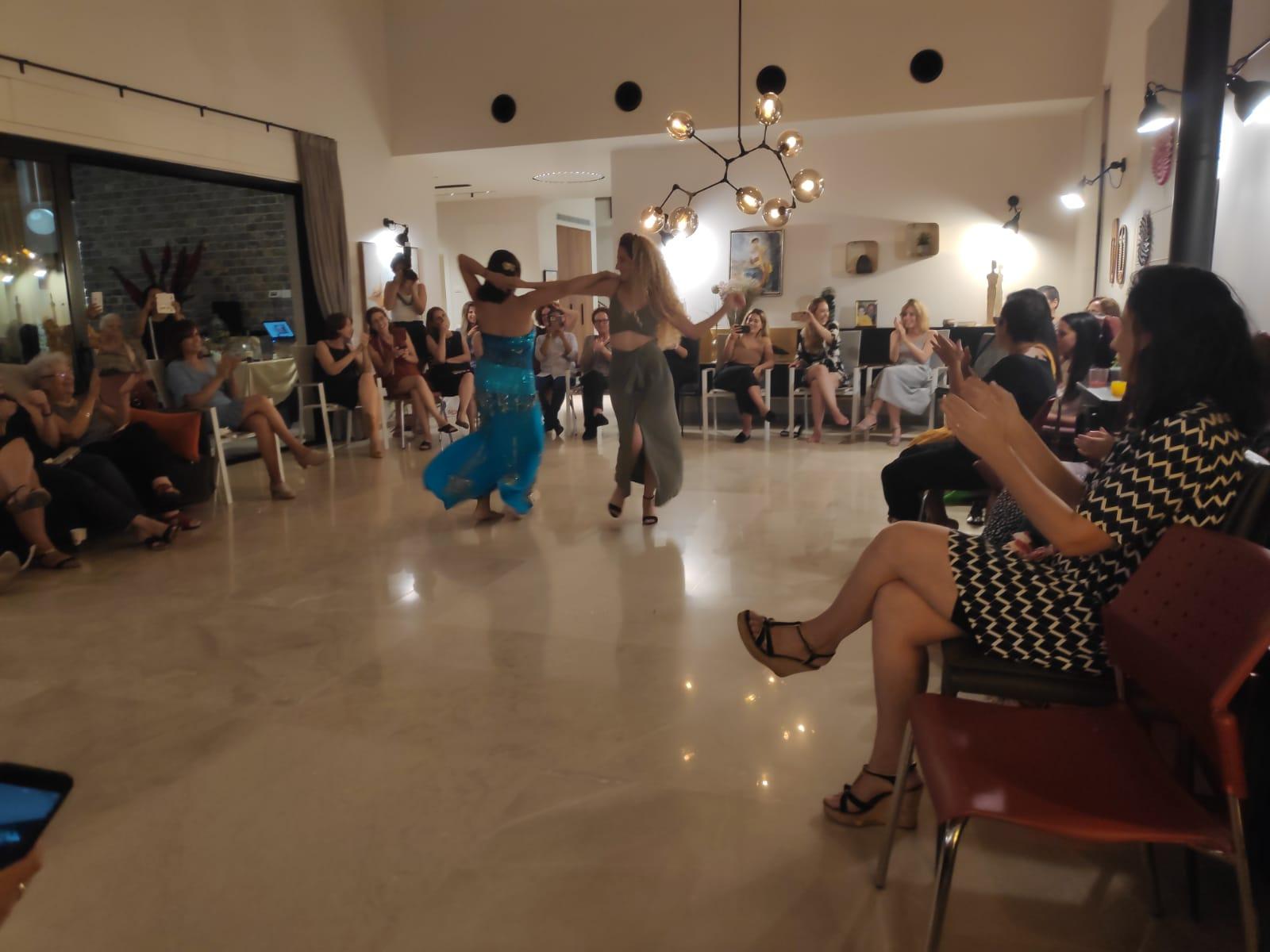 רקדנית בטן מיה טולדנו במסיבת מקווה