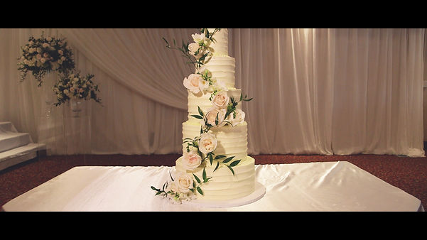 Flowers on a wedding cake is always a great choice.