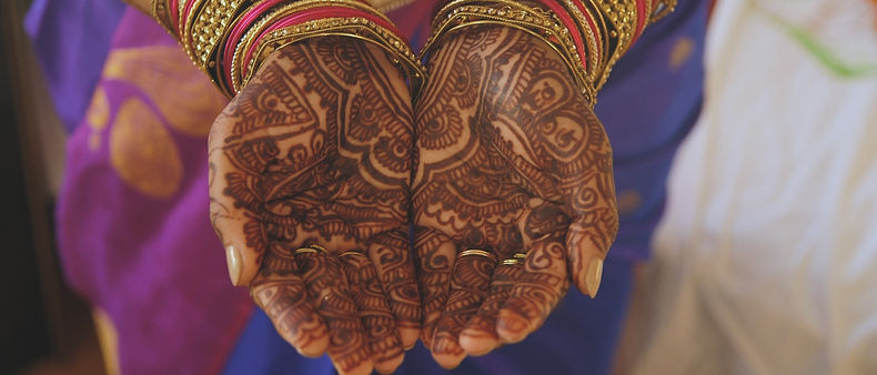 Beautiful mehndi details on the bride's hands.