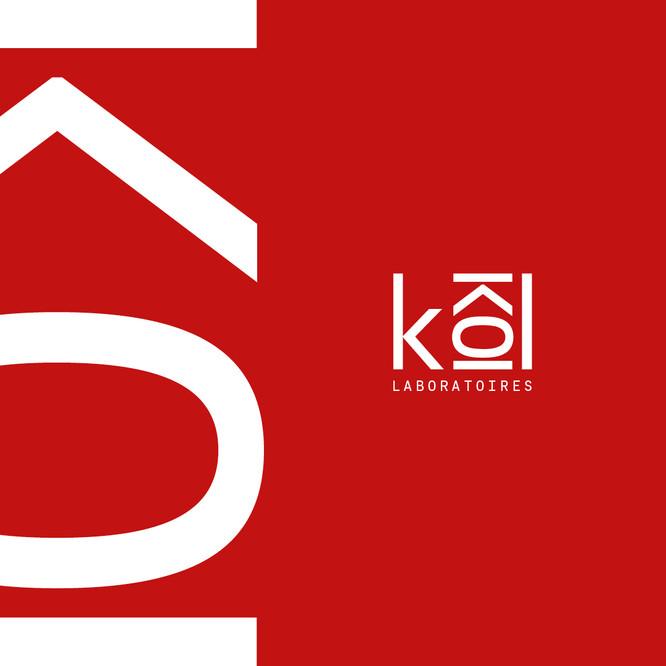 Le logotype Kôl, blanc sur fond rouge