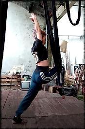 yoga aérien etirement cuisse.jpeg