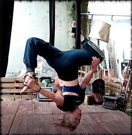 yoga aérien posture renversé torsion.jpe