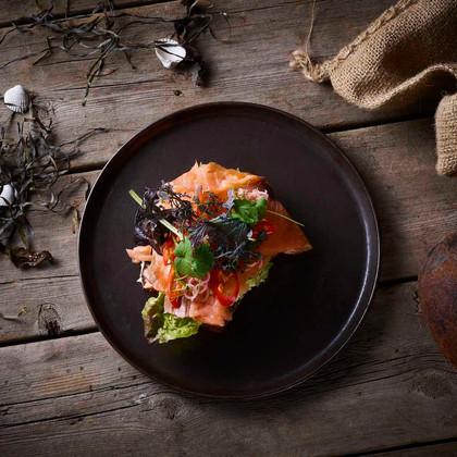 Citrongræs marineret laks serveret med wasabi & koriander Lemongrass marinated salmon served with wasabi & cilantro