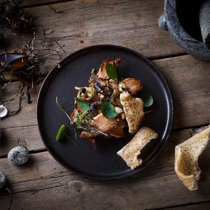 Tynde skiver five spice gris med miso flæskesvær  Thin slices of five spice pork with miso mayo & pork cracklings