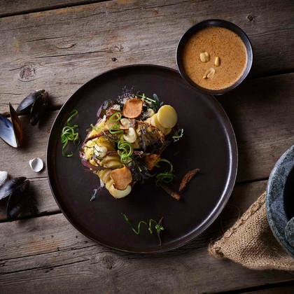 Asparges kartofler med massaman karry sprøde løg & jordskokkechips Ratte potatoes with massaman curry crispy onion & sunchoke crisp