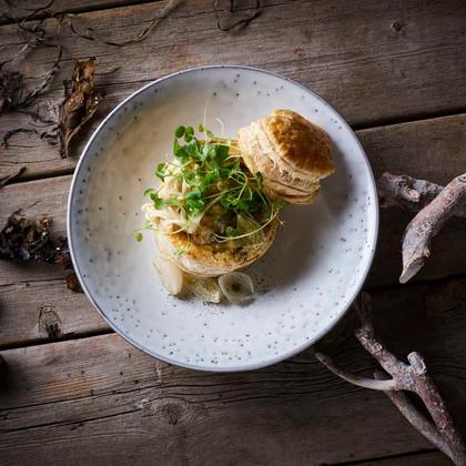 Tarteletter med tom  ka braisseret hopballe kylling – østershatte Braised hopballe chicken stew served in puff pastry – oyster mushroom