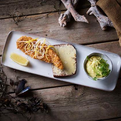 Pankostegt rødspætte med karry syltede grønsager – saltet citron Panko fried plaice with currypickle – salted lemon