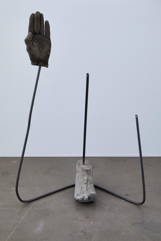 Hand und Fuß 2020 Beton, Stahl 70,5x 48x 32 cm