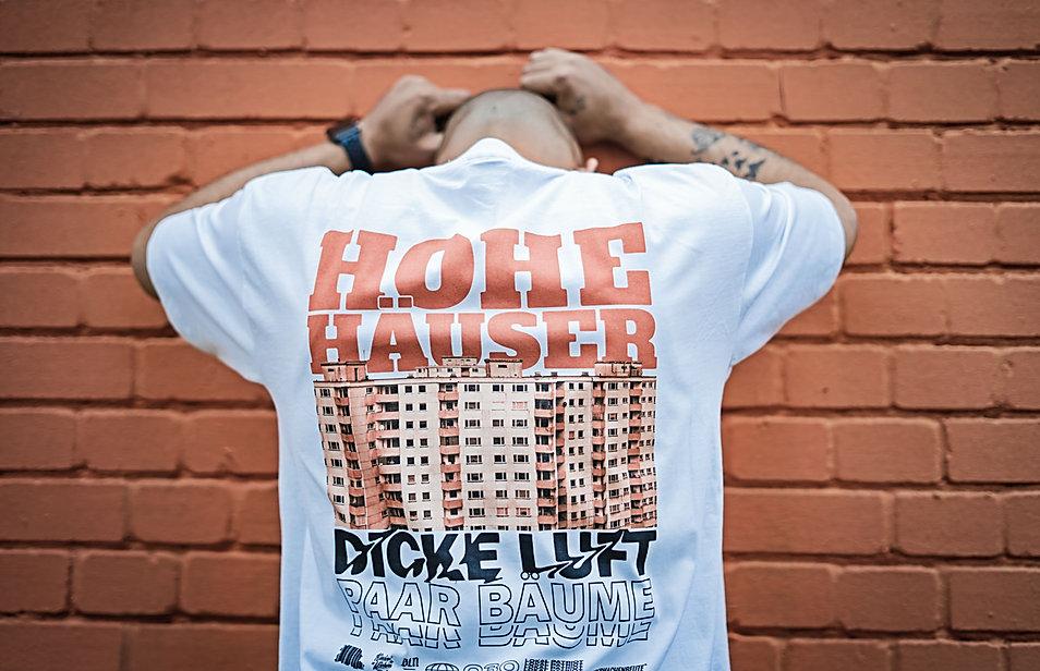 Hohe_Häuser_Dicke_Luft_Paar_Bäume_Berlin