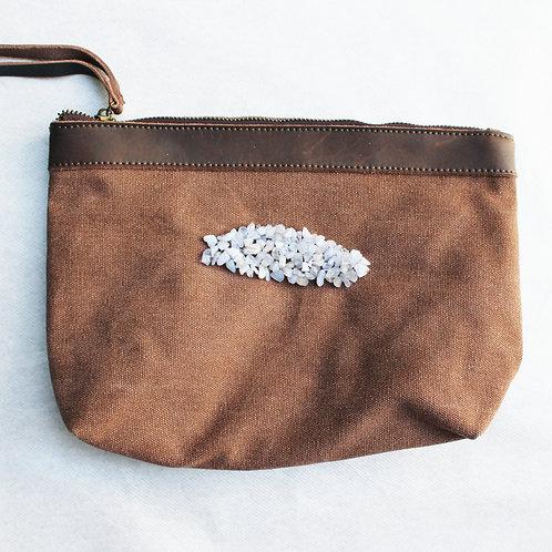 Pochette marron pour tablette avec broderie d'agates bleues