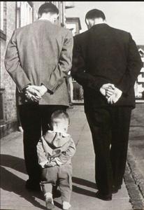 L'enfant apprend en imitant les plus grands, c'est par mimétisme qu'il apprend à marcher par exemple