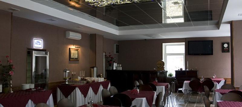 Зеркальные-потолки-в-кафе.jpg
