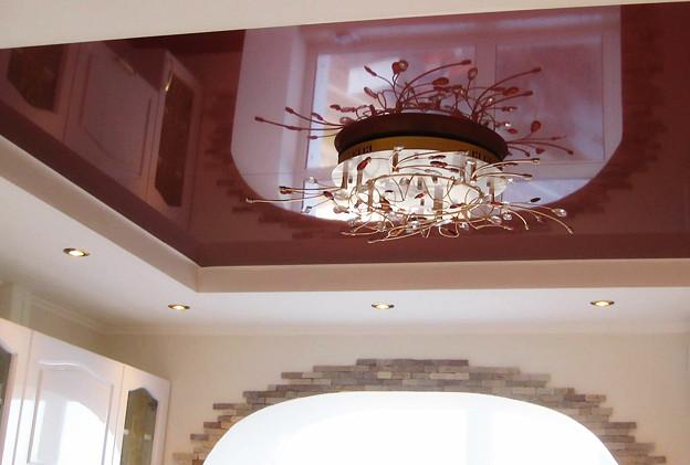 Потолок-с-люстрой-из-глянцевого-цветного