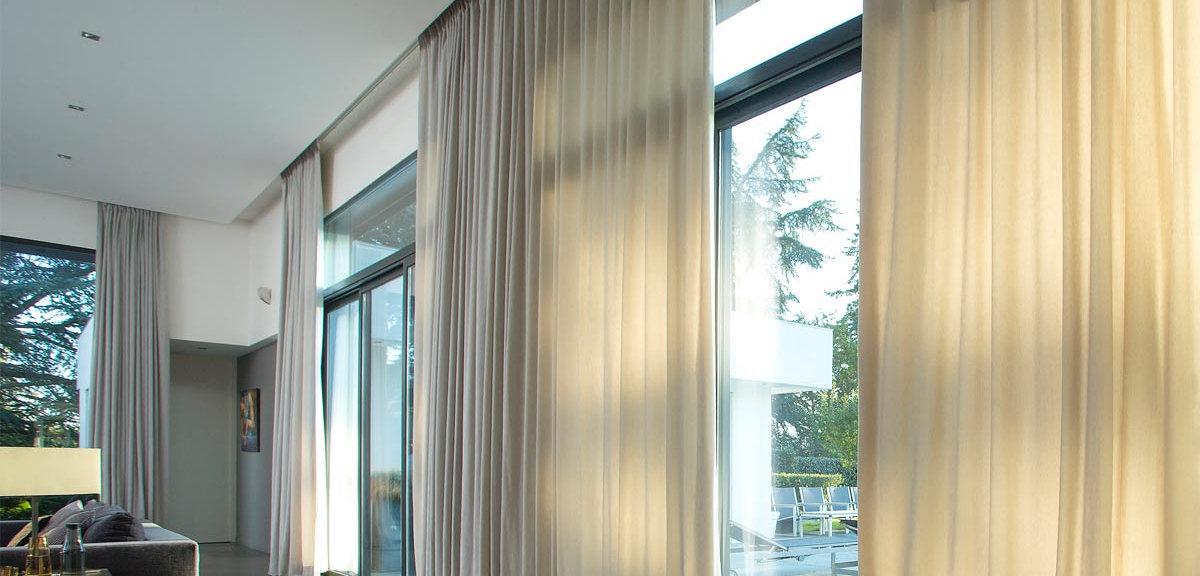 עיצוב תקרה מתוחה בגימור מט עם וילונות מוסתרים